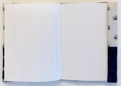 A-6(文庫本サイズ. 105 × 148 ミリ)のノートに、手作りカバーをつけて発送します。